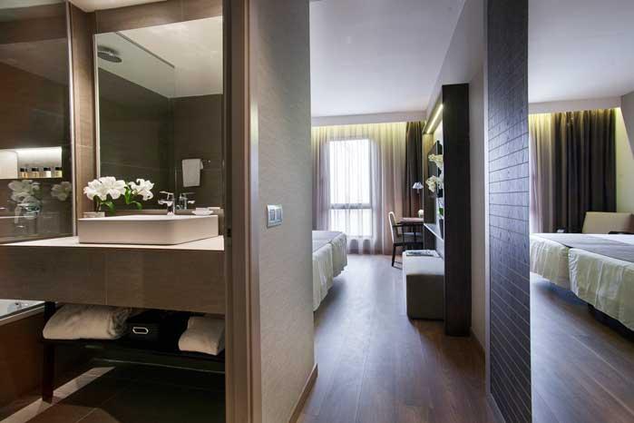 Habitación y baño del hotel América
