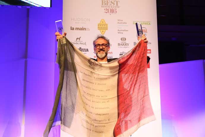 Massimo Botura, exultante al recoger el premio