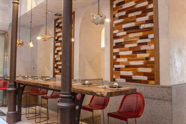 Una gran barra rústica para picar o tomar algo en la zona de Canseco Bar