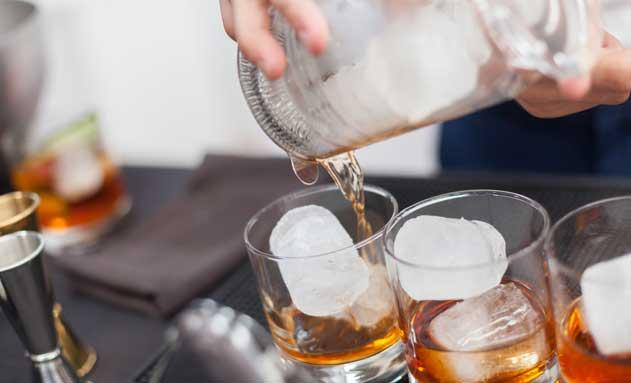 Cubitos de hielo en vasos de whisky