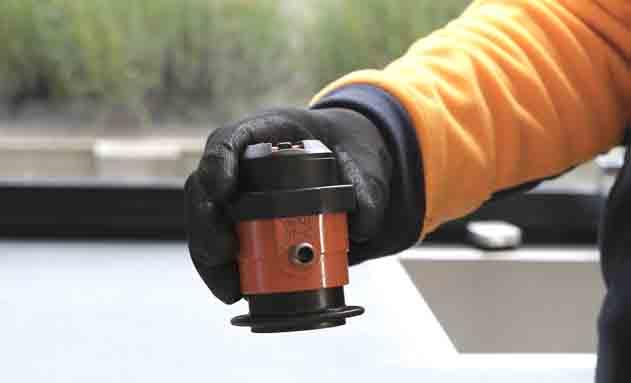 Técnico en la revisión del gas butano