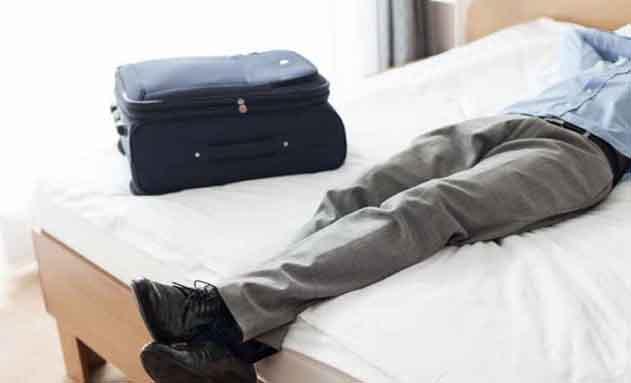 Ejecutivo descansando en una cama