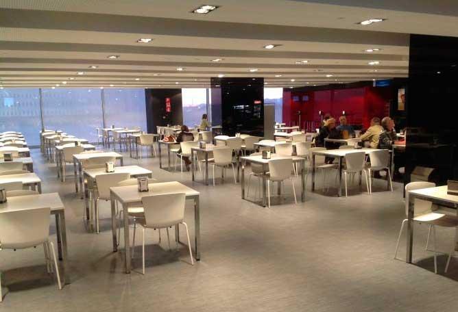 Sillas Slam de Sellex en la cafetería del hospital Rey Juan Carlos de Móstoles