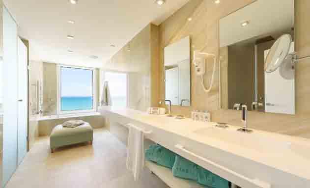 El amplio baño de la primera Suite Grohe Experience en Mallorca