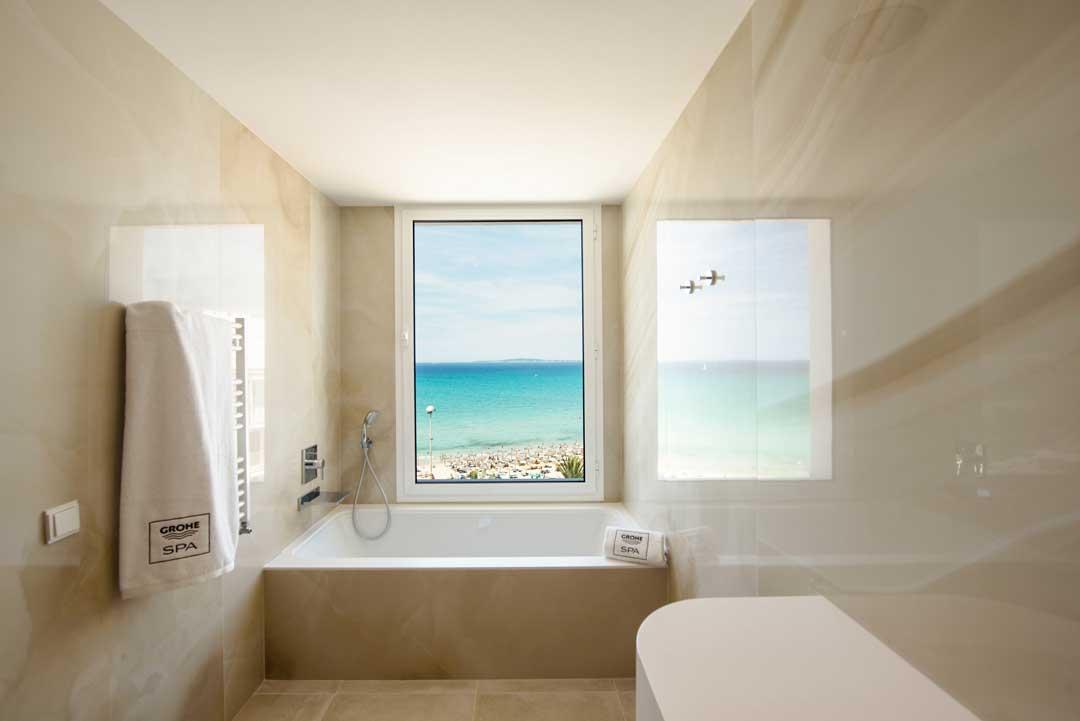 Baño con vistas de la suite