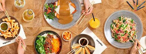 Platos asiáticos en restaurante Wagamaga