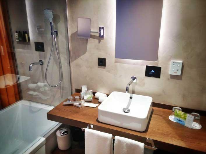 Sistema de grifería inteligente en el lavabo