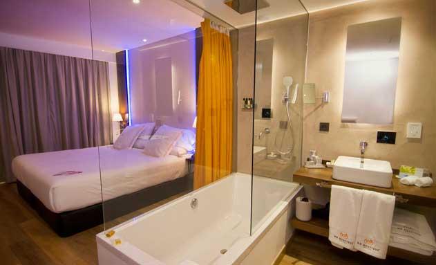 Habitación, con baño incorporado, del hotel MB boutique de Nerja. La moderna grifería es inteligente