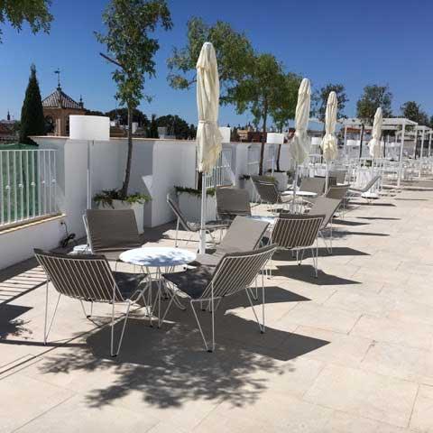 La zona lounge o de relax, con las sillas Mónaco y la mesa mini Capri en el centro
