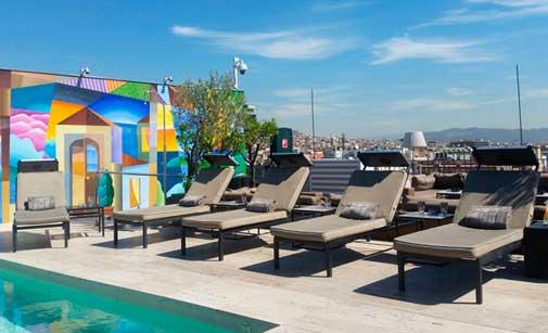 Tumbonas con cargador solar en la terraza del hotel Majestic