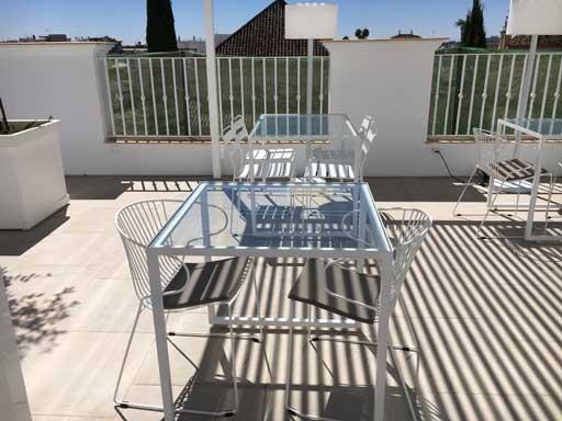 La zona de restaurante, con las sillas Bolonia y Portofino de Isi Mar