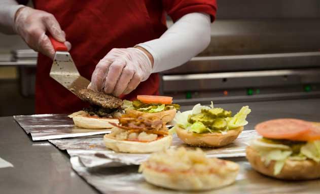 Realizando hamburguesas en Five Guys