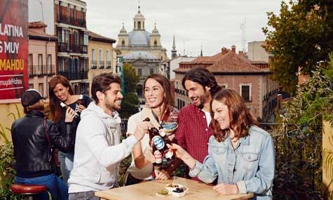 Grupo de amigos bebiendo cerveza en Madrid