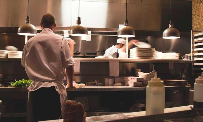Cocineros en una cocina profesional