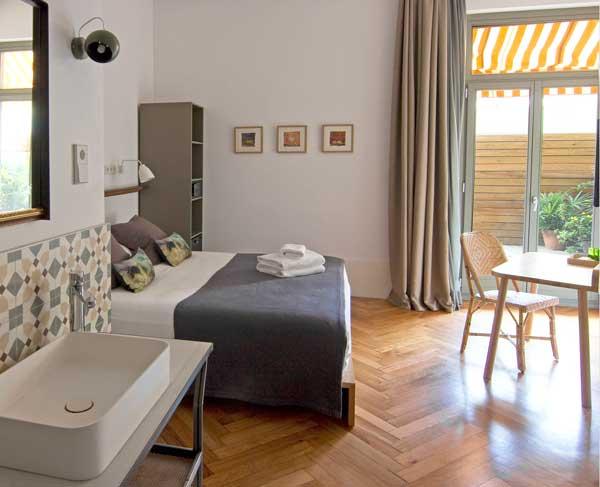 Una de las acogedoras habitaciones de Casa Mathilda, que da a la terraza