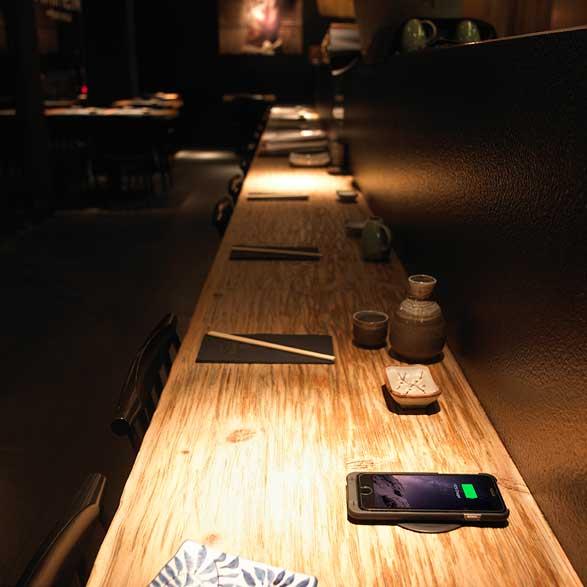 Cargador inalámbrico miniBatt en un restaurante jéapns