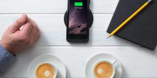 Minibatt: carga inalámbrica del móvil sobre la mesa del bar