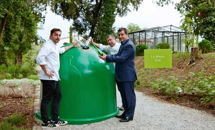 Los hermanos Roca en el contenedor verde de reciclaje de vidrio