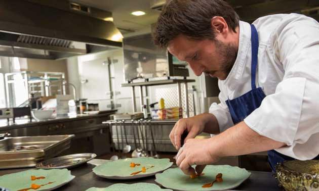 El chef Matteo Pierazzoli, de Casa Marcial, elaborando una de sus creaciones para la Copa Jerez