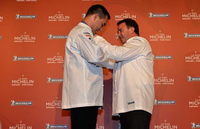Martín Berasategui coloca la chaquetilla a Paolo Casagrande, q