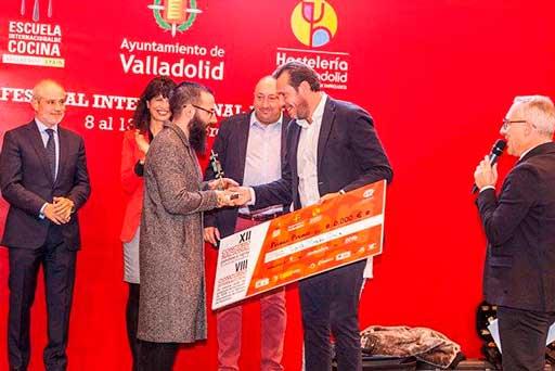 Alberto Montes, de Atrio, recibe su premio como campeón nacional de la tapa en el concurso de Valladolid