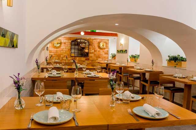 El restaurante se encuentra en la bodega abovedada del hotel Meninas