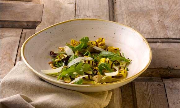 Plato artesanal de ensalada en el color Nutmeg Cream