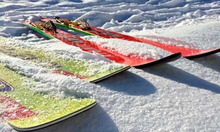 Tablas de snowboard en la nieve