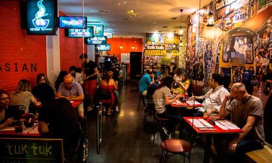 Interior de uno de los restaurantes Tuk Tuk en Madrid