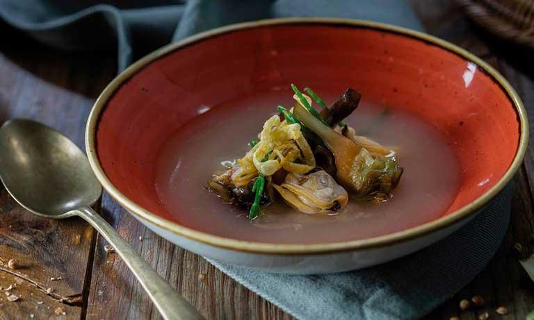 Corazón de alcachofas con almejas de carril e infusionado de citronelle al txakoli, receta de Unilever Food Service