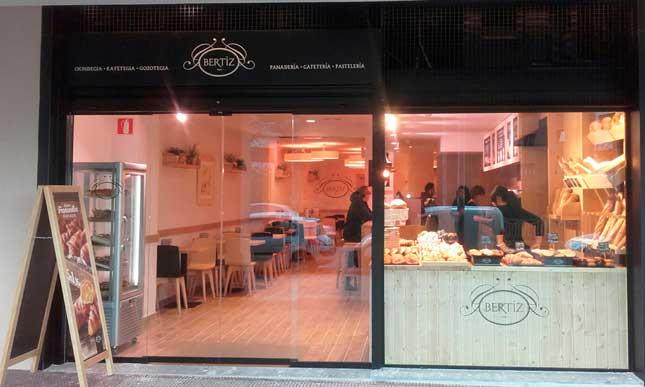 Fachada de la nueva cafetería-panadería Bertiz en Arrasate-Mondragón (Guipúzcoa)