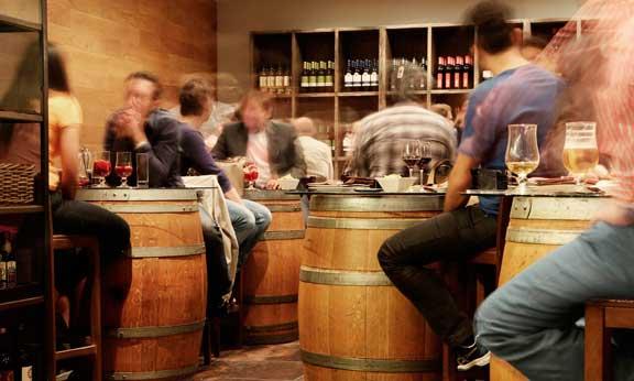 Personas en un bar de tapas