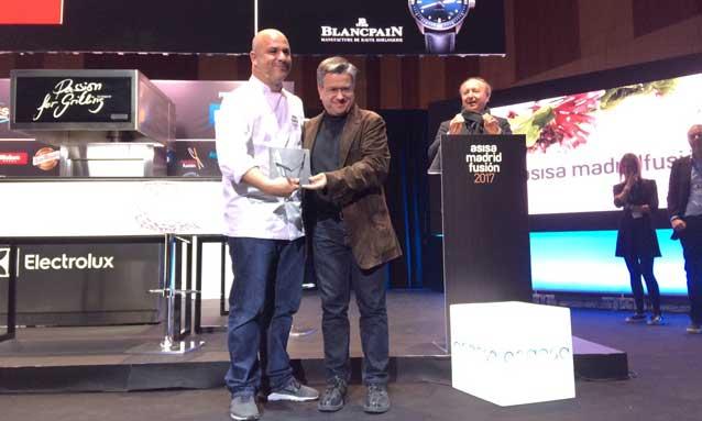Santiago Alfonso, director de Comunicación y Marketing de Grupo Cosentino, entregó el premio de Cocinero del año en Europa a Ángel león