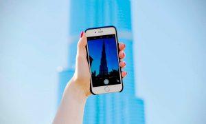 Sacando una foto a un edificio con el móvil