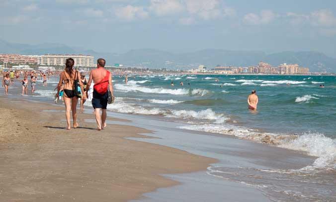 Bañistas paseando por la playa