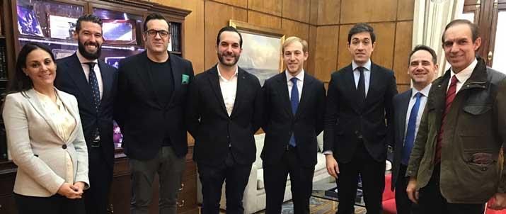 Diego, Mario y Rafael Sandoval junto a losrepresentantes de la propiedad