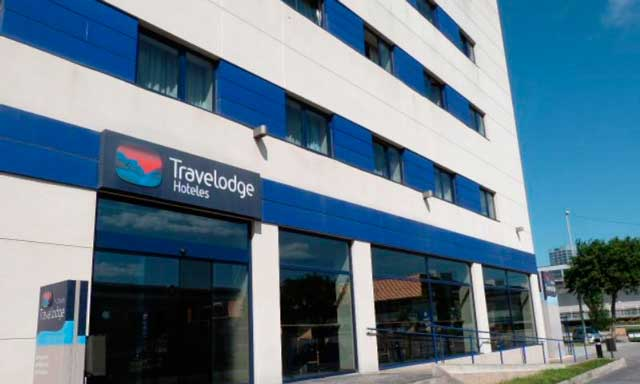 Fachada de hotel Travelodge Barcelona Fira