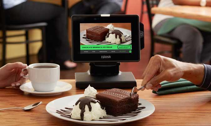 Tablet de Ziosk en la mesa de un restaurante