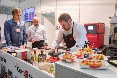 Antonio Díaz, chef ejecutivo de Manitowoc Foodservice, en plena faena en el stand de la firma en el Food Truck Forum