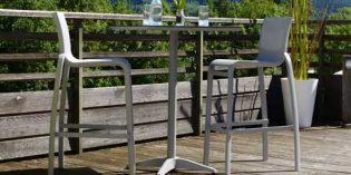 Resistentes sillas y mesas para disfrutar al aire libre