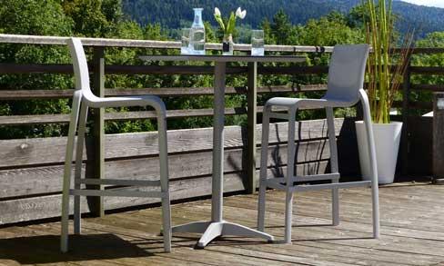 Taburete y mesa alta de Grosfillex