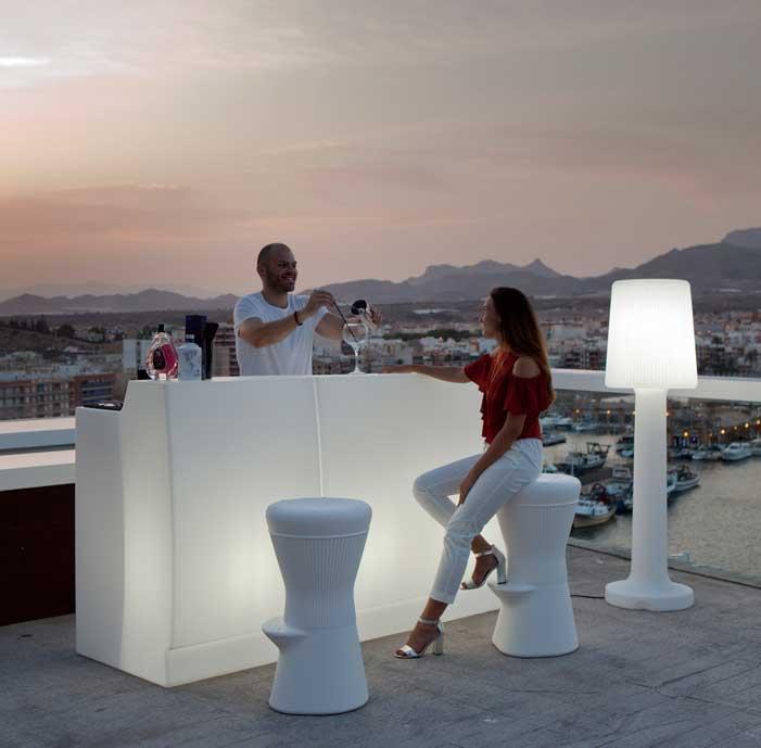 Lámpara y mueble con iluminación autónoma de Newgarden en una terraza