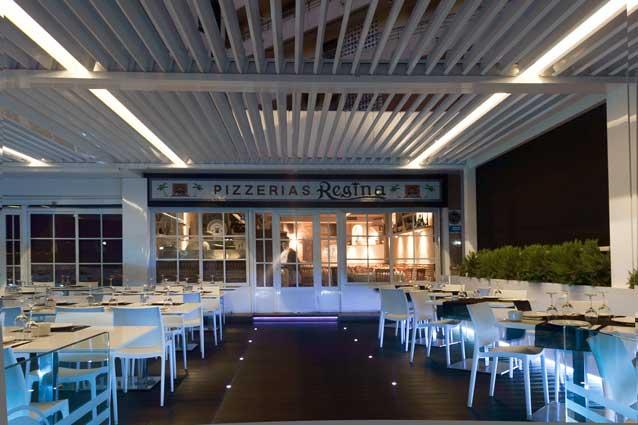 Una terraza-comedor de noche, con iluminación Led perfectamente integrada en la pérgola