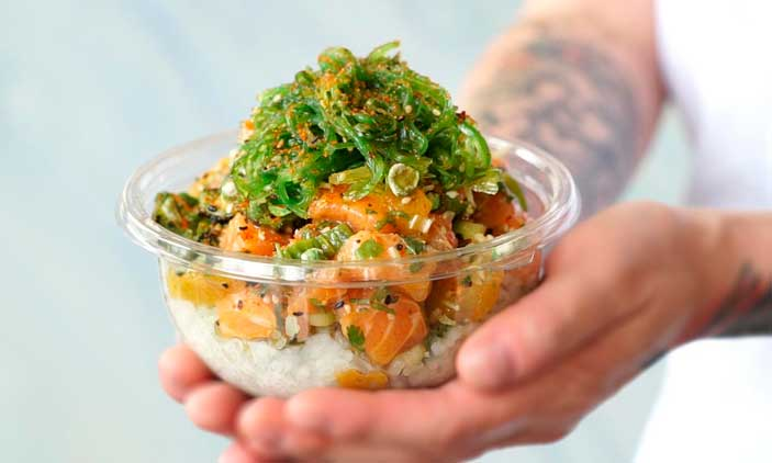 Un poke bowl con pescado y vegetales del restaurante Sweetfin Poké