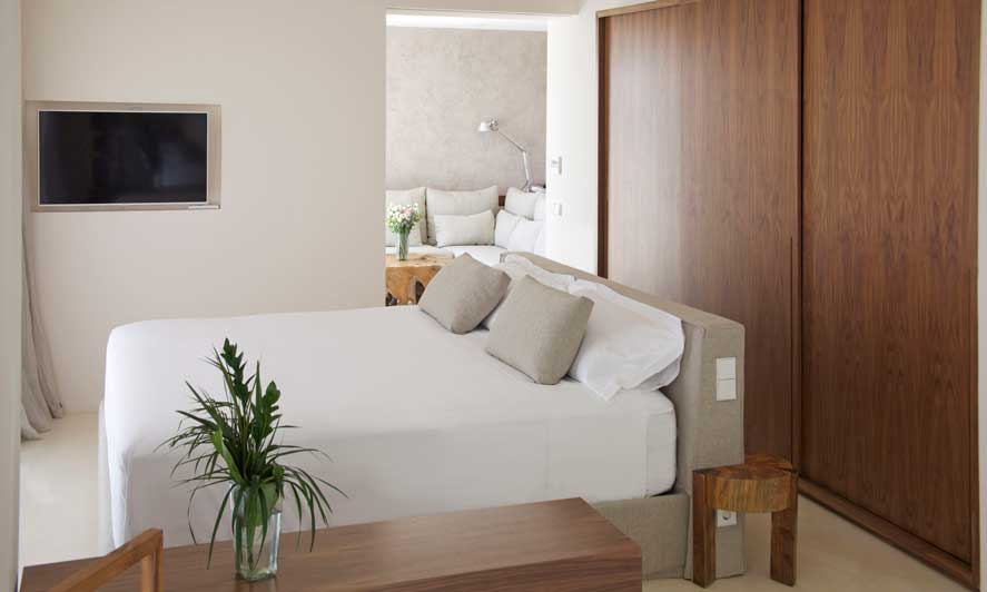 Cama de habitación de hotel vestida con lencería de Vayoil