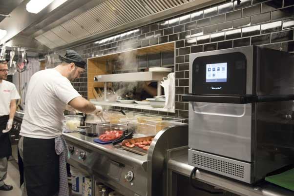 El horno compacto Merrychef es un equipo fijo en las cocinas de L'Osteria