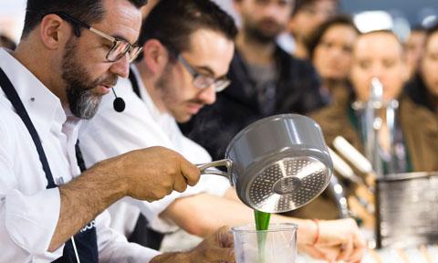 Chefs trabajando en el espacio espacio The Alimentaria Experience