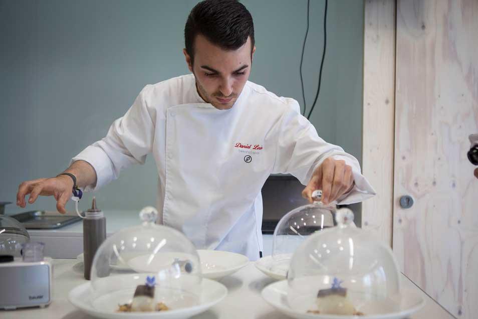Daniel León preparando el plato ganador