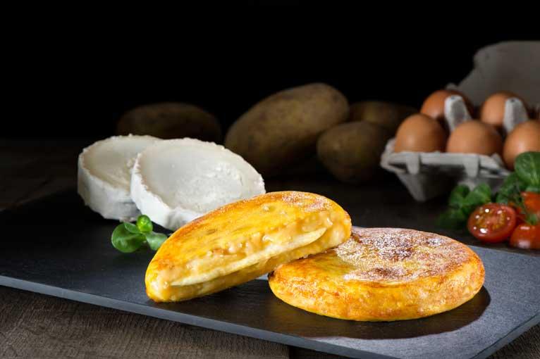 Mini tortilla rellena de queso de cabra