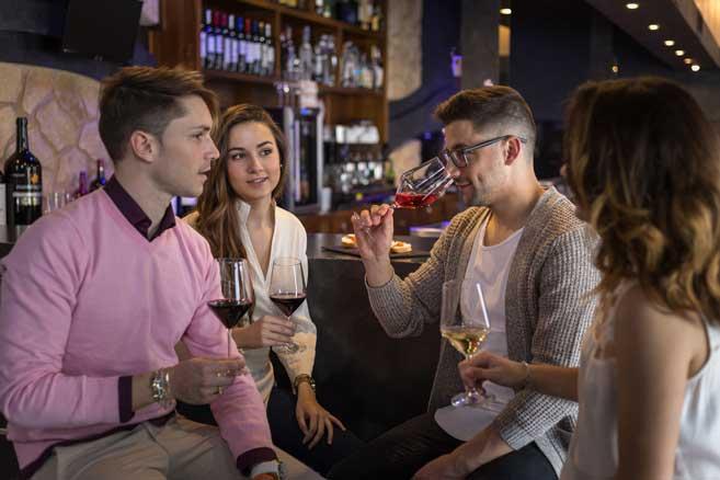 Bebiendo vino en un bar en copas Doña Perfecta 7GB